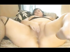 Plump PLUMP AMATEUR masturbating creaming cunt with tampon