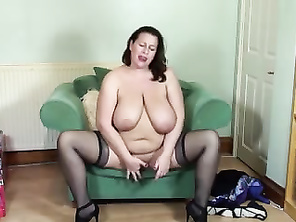 Mommy PLUMP mother fingering her little pussy