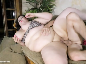 Who is she , she is hottest cute chubby girl Cougar I ever seen