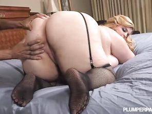 Love that lack stud who's nailing her asshole