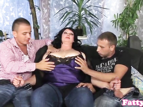 Bigtitted plump spitroasted in 3some