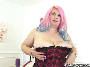British FAT housewife Samantha Sanders wiggles her glorious tits