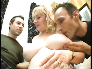 A mature GILF with big boobs gets it on with two men in this MMF three-way group sex session from Heatwave's Great Granny Strap On